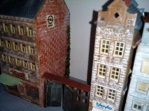 Gebäude mit Pigmentpulver gealtert und Efeubewuchs simuliert.