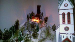 Auch der Hügel und die Ruine im Winterkleid
