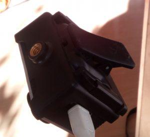 Mit dem Clip einfach hinten am Brett der Gardienenstange angesteckt.